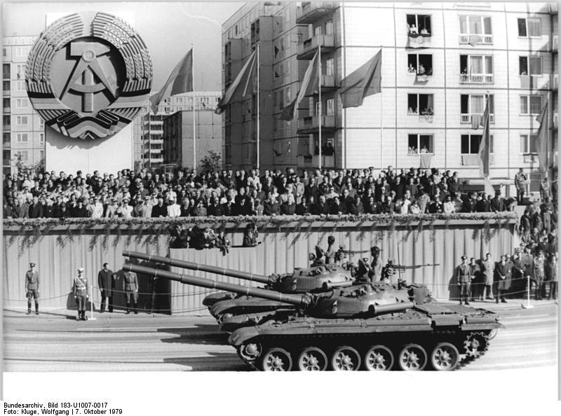 Bundesarchiv_Bild_183-U1007-0017,_Berlin,_30._Jahrestag_DDR-Gründung,_Parade
