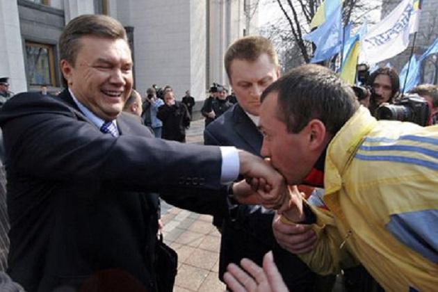 Януковичу-целуют-руку
