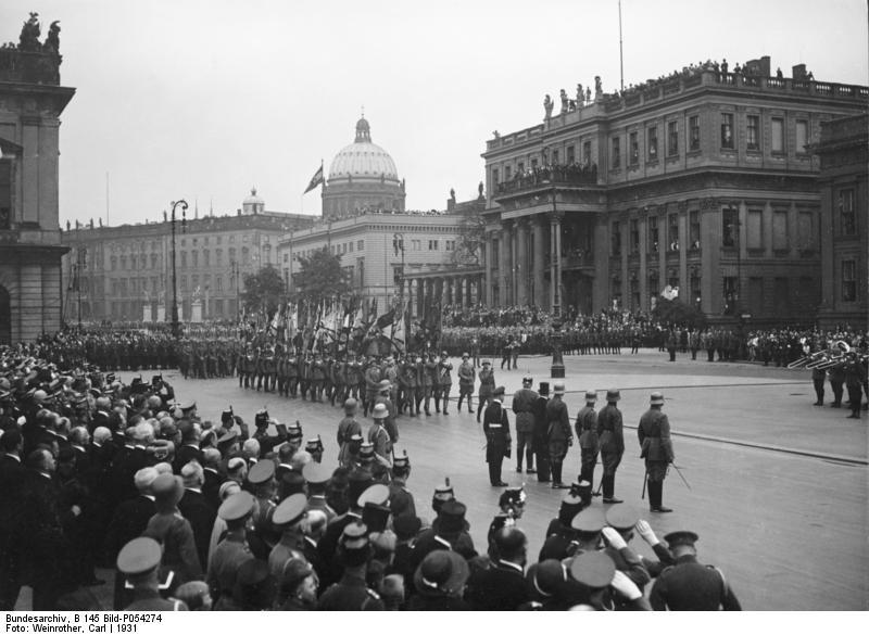 Bundesarchiv_B_145_Bild-P054274,_Berlin,_Hindenburg_bei_Parade_vor_der_Neuen_Wache