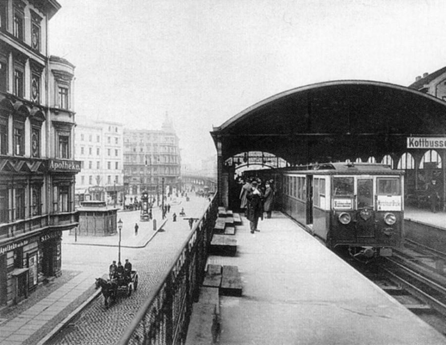 U-Bahn_Berlin_Kottbusser_Tor_Hochbahnhof_Bahnsteige_1904
