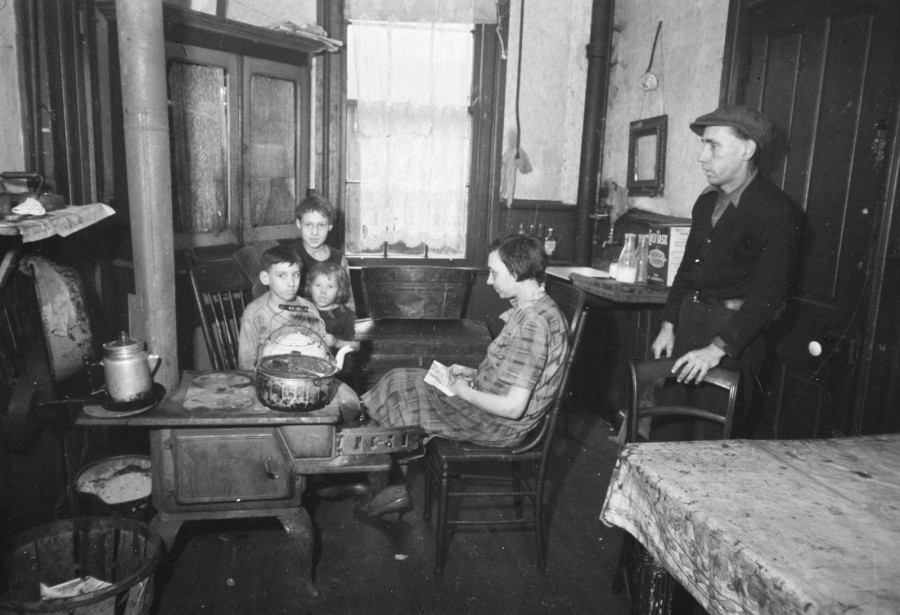 Carl Mydans - Tenement kitchen, Hamilton County, Ohio, 1935