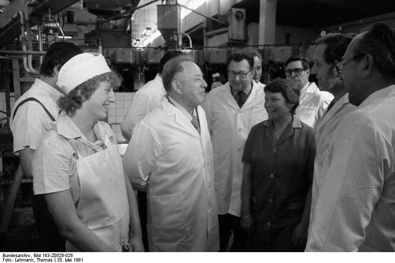 Эрих Мильке в своем избирательном округе район 36 зал вместе с кооперативными фермеров молоко производства ГЕ Несса, май 1981