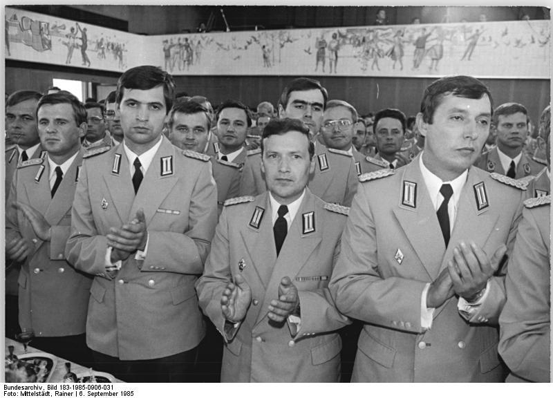Bundesarchiv_Bild_183-1985-0906-031,_Berlin,_Militärakademie-_Absolventen,_Empfang