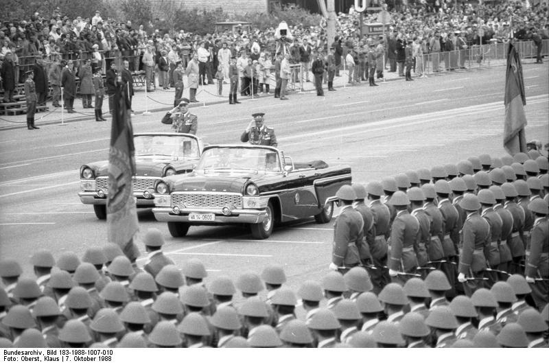 Bundesarchiv_Bild_183-1988-1007-010,_Berlin,_39._Jahrestag_DDR-Gründung,_Parade