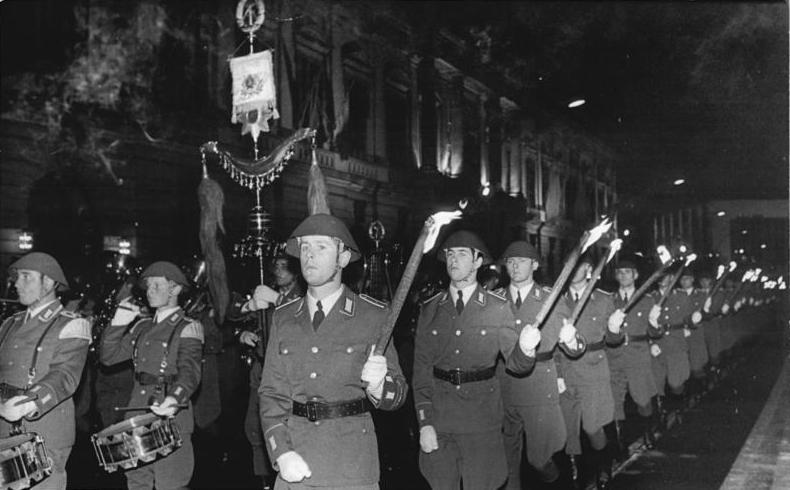 Bundesarchiv_Bild_183-N1005-0045,_Berlin,_25._Jahrestag_DDR-Gründung,_Zapfenstreich