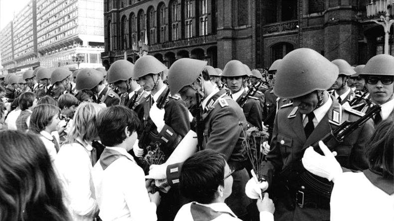 Bundesarchiv_Bild_183-S1007-0009,_Berlin,_28._Jahrestag_DDR-Gründung,_Parade