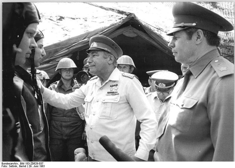 Bundesarchiv_Bild_183-Z0629-037,_Hoffmann_bei_Truppenteil_-Willi_Schröder-