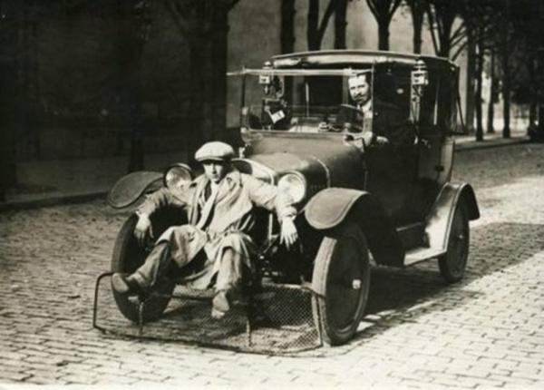 Автомобиль с лопатой для пешеходов, для сокращения числа жертв (Париж, 1924)
