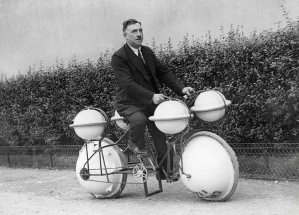 Велосипед-амфибия, можно кататься и по земле и по воде, максимальная грузоподъемность на воде 120 кг (Франция, 1932)