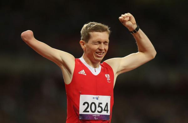 Австриец Гюнтер Матзингер участвует в беге на 400 метров в категории T46, 4 сентября 2012.