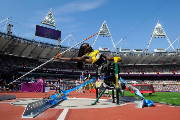 Алфансо Каннингем из Ямайки метает копье на Олимпийском стадионе, 4 сентября 2012.
