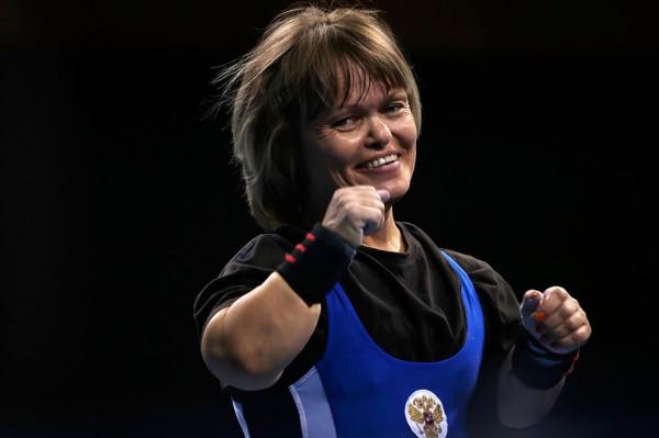 Тамара Подпальная из России радуется своему успешному выступлению в соревновании по пауэрлифтингу среди женщин до 52 кг в центре ExCel, 1 сентября 2012.