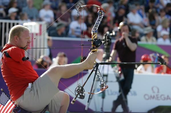 Американец Мэтт Стуцман стреляет из лука, 3 сентября 2012.