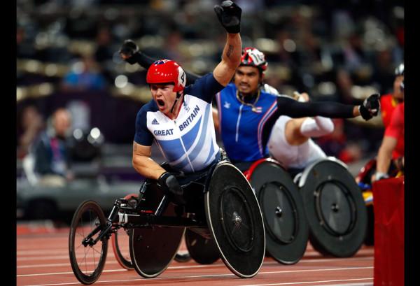 Золотой медалист Дэвид Уир из Великобритании радуется своей победе после пересечения финишной линии в категории T54 на 1500 метров, 4 сентября 2012.