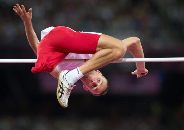Лукаш Мамкзарз из Польши совершает прыжок в высоту через перекладину, 3 сентября 2012. Лукаш завоевал бронзовую медаль с прыжком в 1,74 метра.