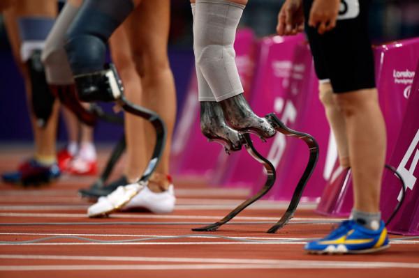 Марлоу Ван Рин из Нидерландов (вторая справа) и другие спортсмены ожидают начала соревнования по бегу на 100 метров в категории T44, 1 сентября 2012.