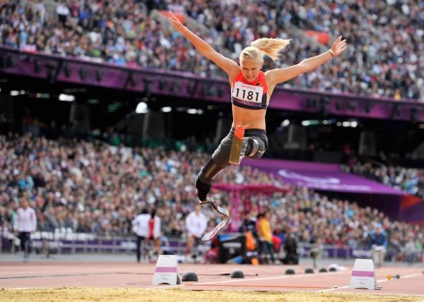 Немка Ванесса Лоу совершает прыжок в длину на Олимпийском стадионе, 2 сентября 2012.
