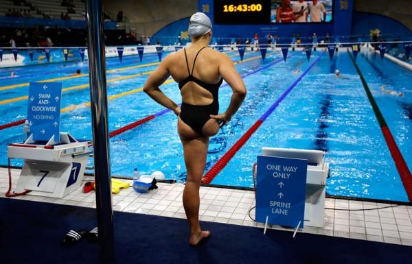 Немка Кристиана Реппе готовится к прыжку в воду для участия в соревновании по плаванию на спине на 100 метров, 31 августа 2012.