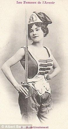Младший лейтенант. Женщины действительно служили, но в боевых действиях не принимали участие