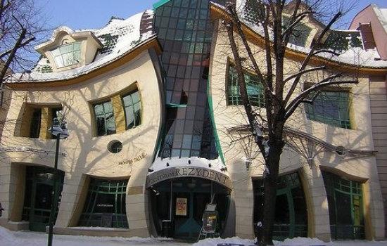 Кривой дом в городе Сопот на улице Героев Монте-Кассино