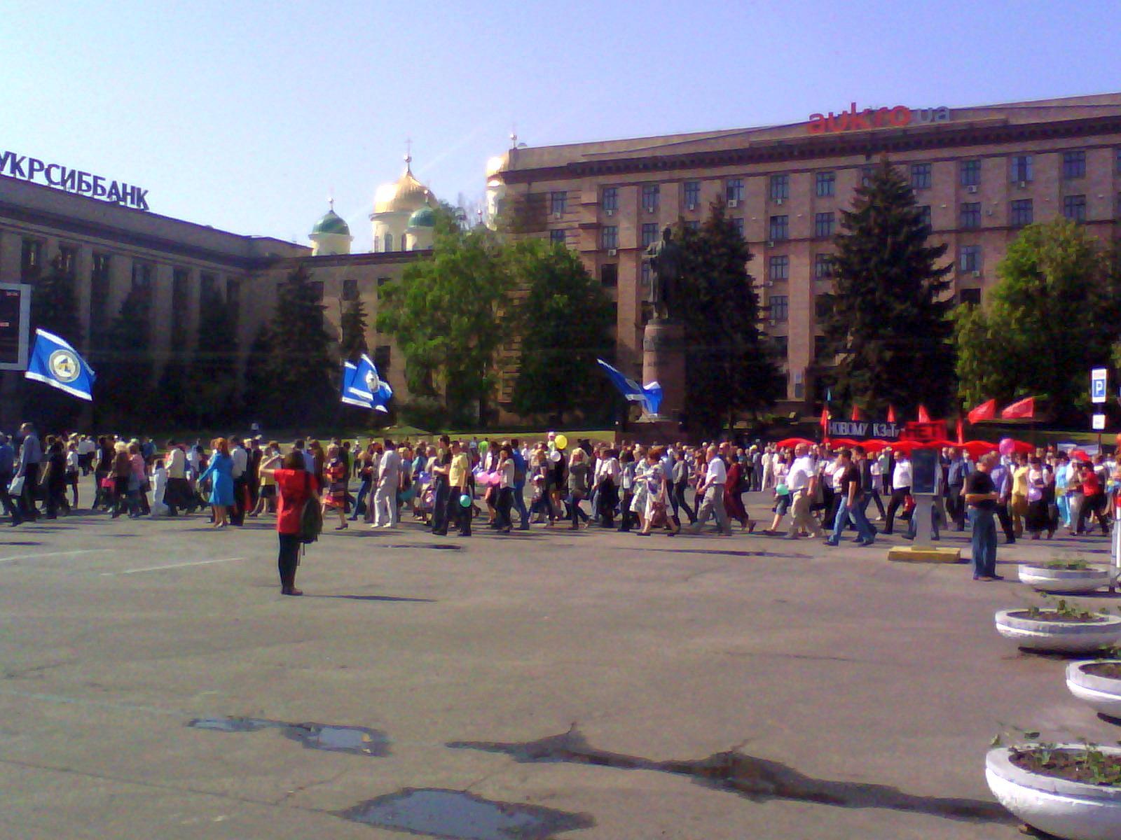 Колонна синих на площади