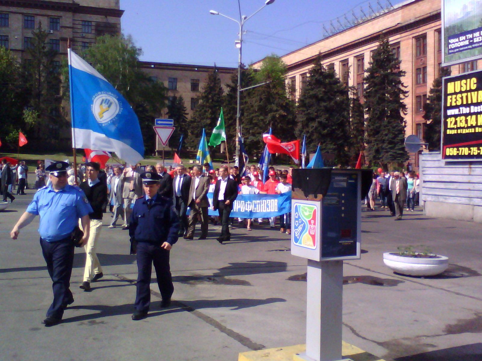 В первом ряду колонны синих - мэр Днепропетровска