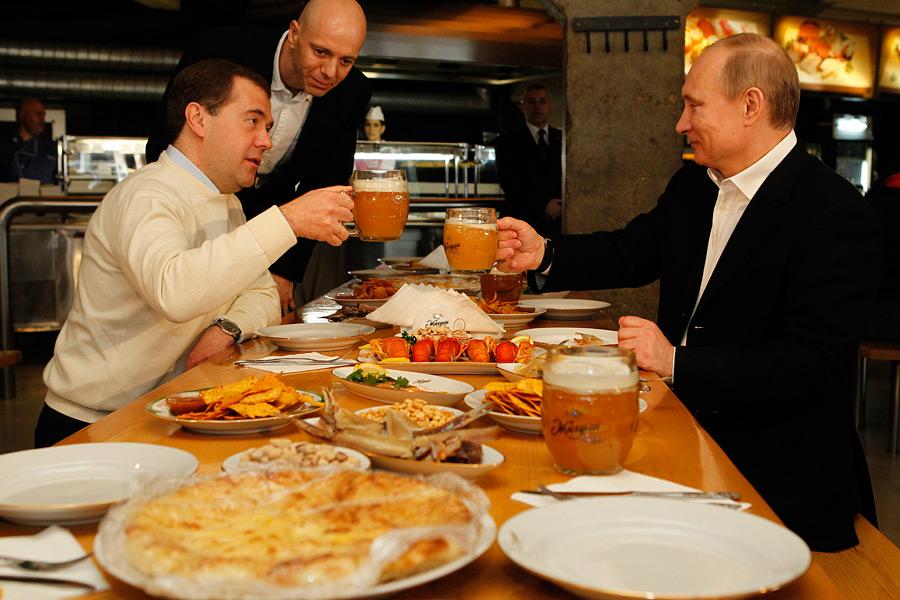 86713418_large_Medvedev_i_Putin_v_pivnom_bare_ZHiguli