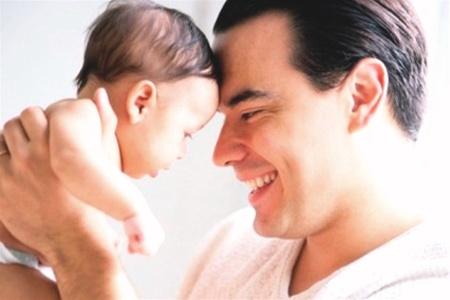 Как отцовство меняет внутреннюю химию мужчин