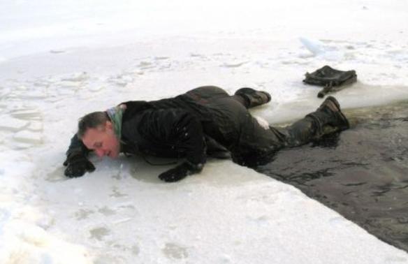 Действия по спасению при попадании в полынью
