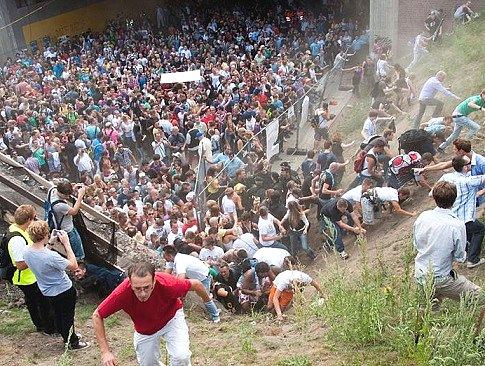 выбраться из толпы