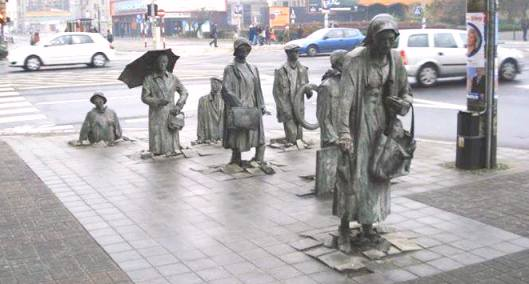 в раб The Anonymous Pedestrians Sculpture, Wroclaw, Poland.