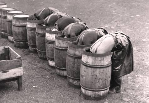 в раб Женщины, укладывающие соль на дно бочки перед обработкой сельди