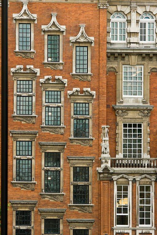 фасад с лестницей внутри