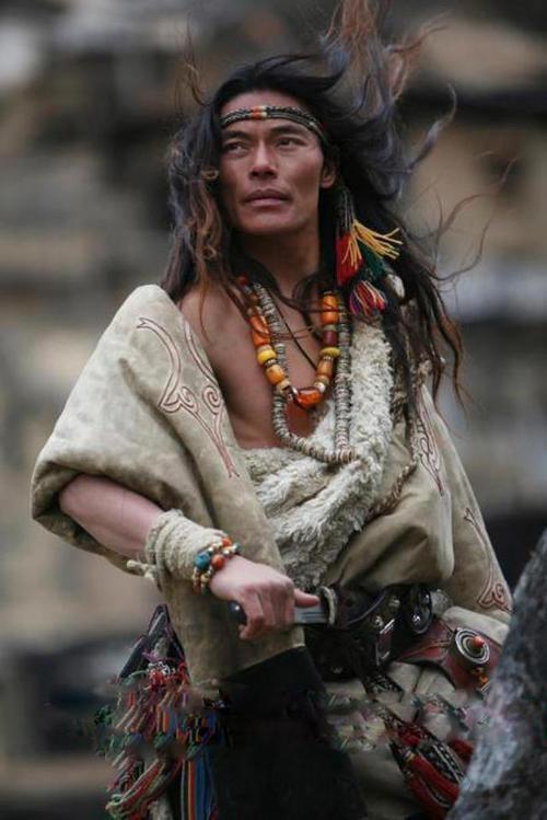 тибетец в трад одежде и украш