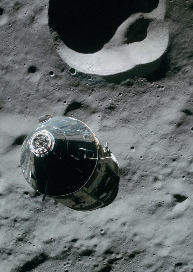 корабль Apollo 16 над Луной