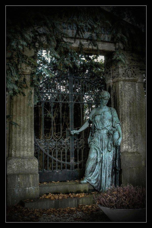 калитка и статуя