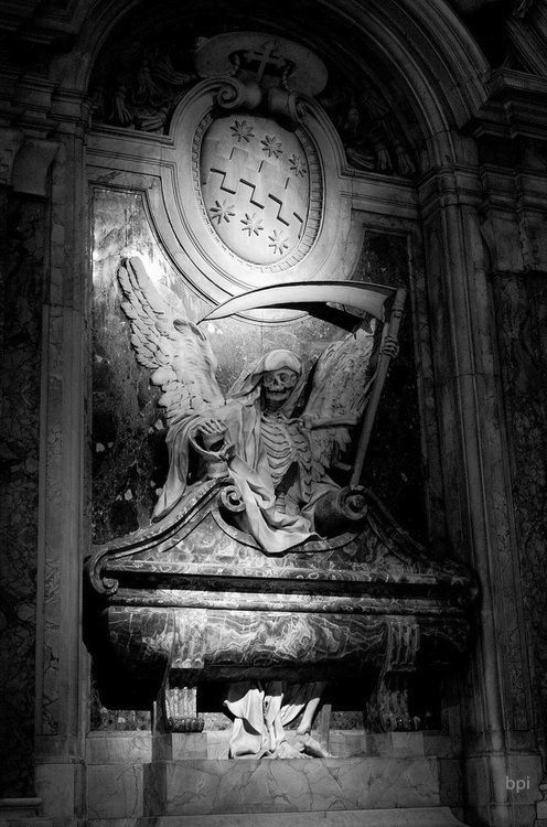 надгробие в склепе