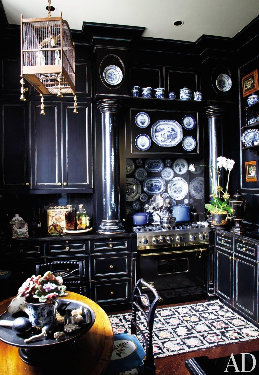 чёрная кухня с птичкой