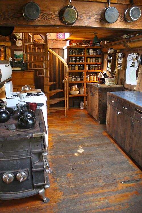 кухня с древней плитой