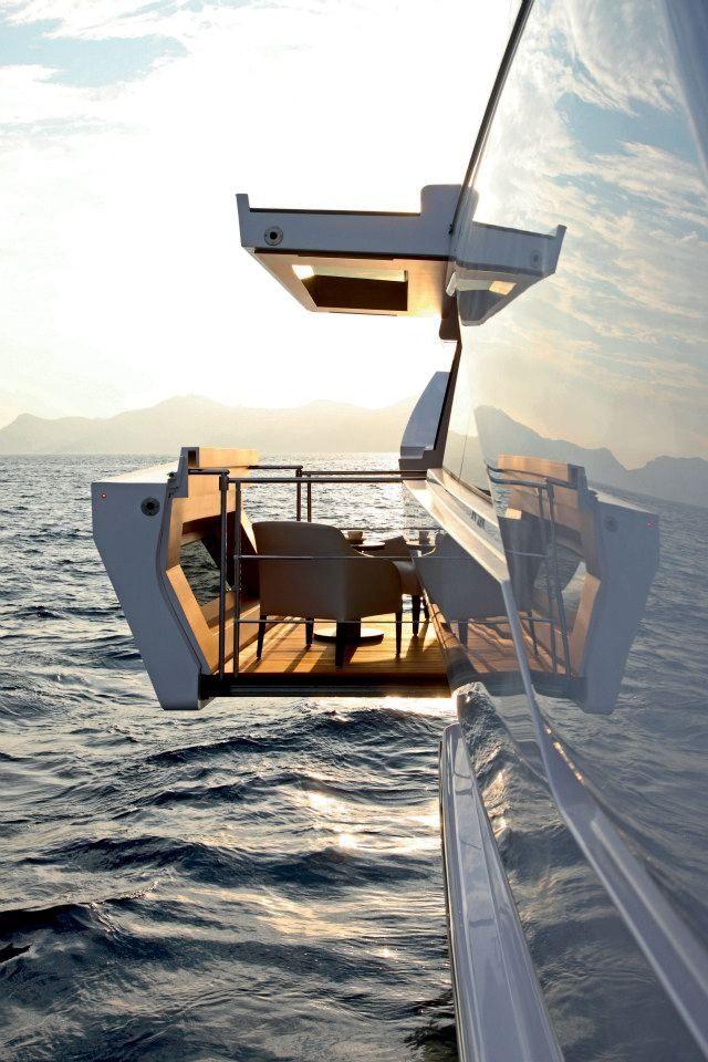 балкончик вылезающий из супер-яхты