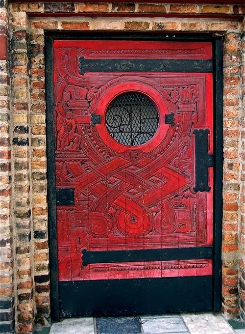 дверь красная