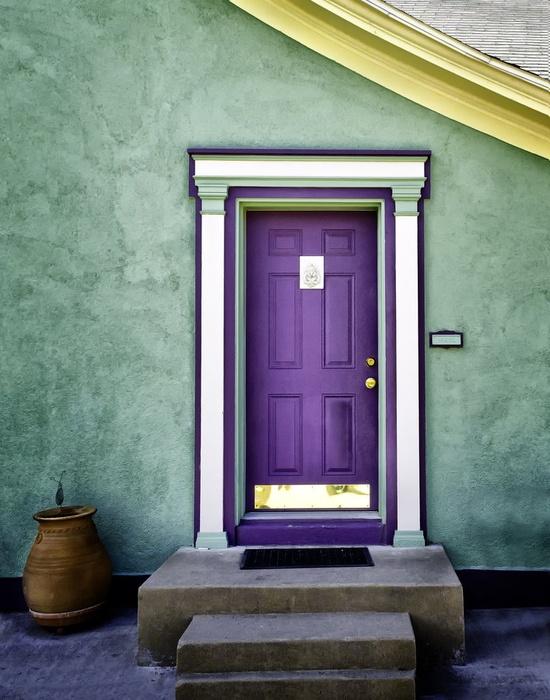 дверь лиловая