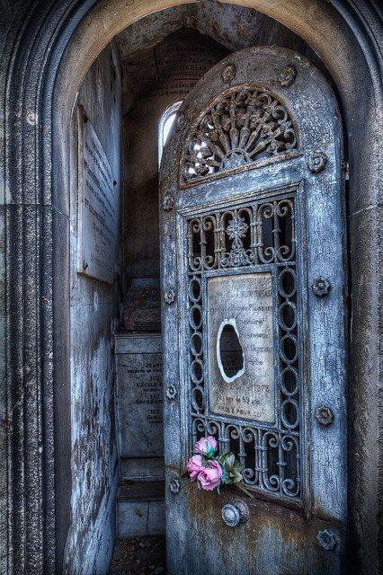 дверь в склеп