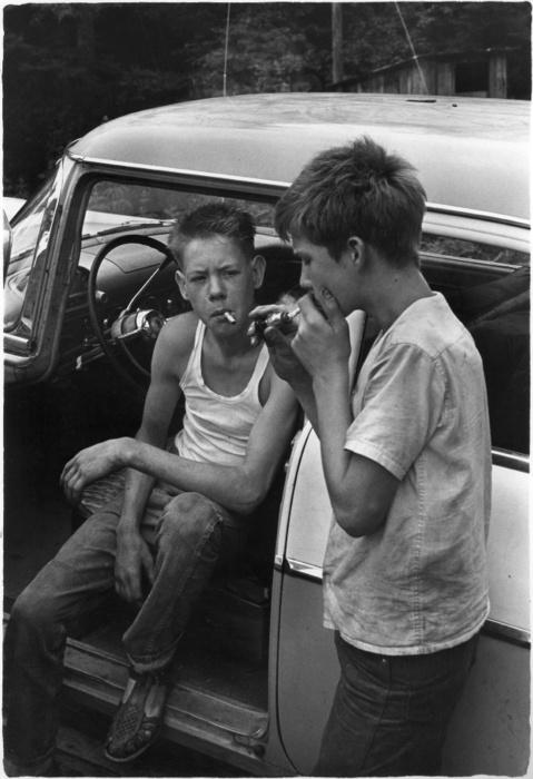 подростки и прикуриватель