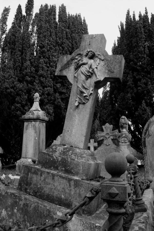 надгробие покосилось