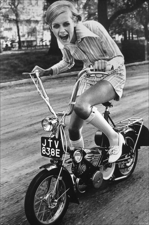 девушка на мопеде 60-е
