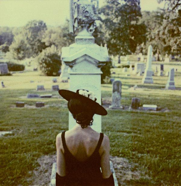 дама и кладбище