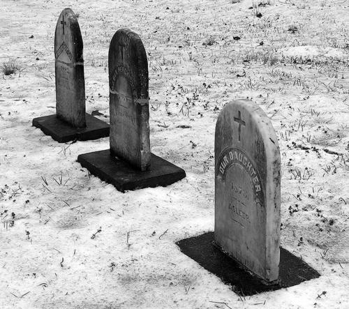 надгробия три