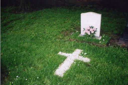 памятник в траве
