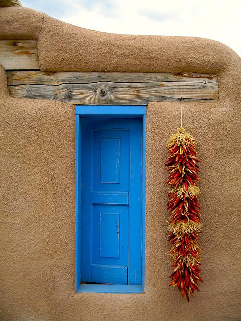 дверь и вязанка перца